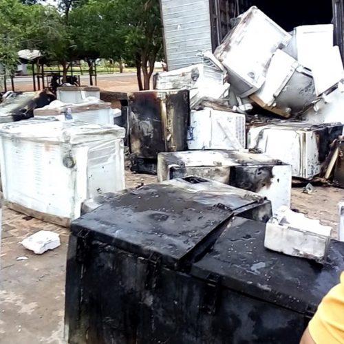 Incêndio em caminhão-baú destrói cerca de 100 freezers em Dom Expedito Lopes
