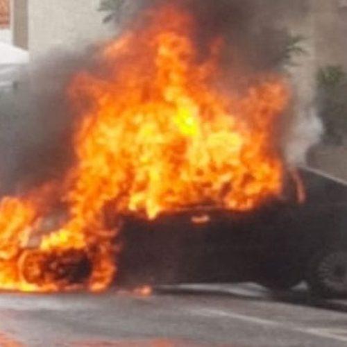 Carro pega fogo ao sair de estacionamento no Piauí