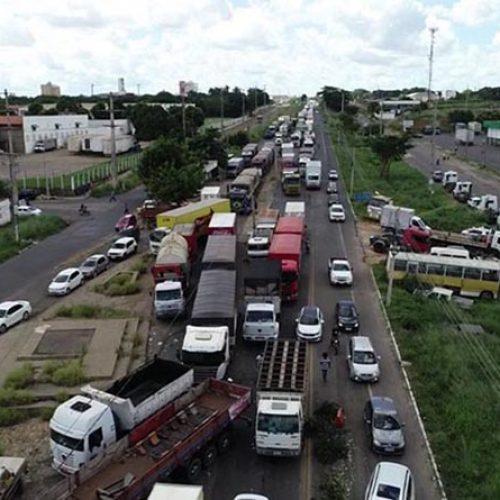 Apesar do apelo de Bolsonaro, caminhoneiros mantêm paralisação