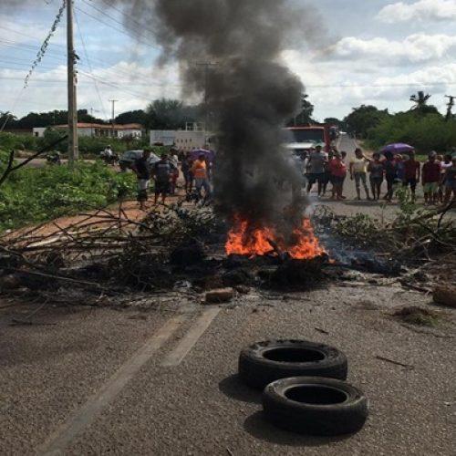 Moradores fazem protesto e interditam rodovia após cinco dias sem energia no Piauí