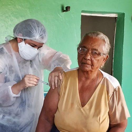 Saúde de Massapê do Piauí inicia vacinação de idosos; dona Alzira, de 94 anos, foi a primeira
