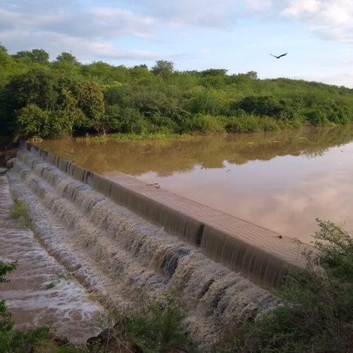 Após forte chuva em Massapê do Piauí, rio Boa Vista registra cheia e barragem transborda
