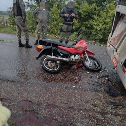 Jovem morre após colisão entre motocicleta e micro-ônibus no Piauí