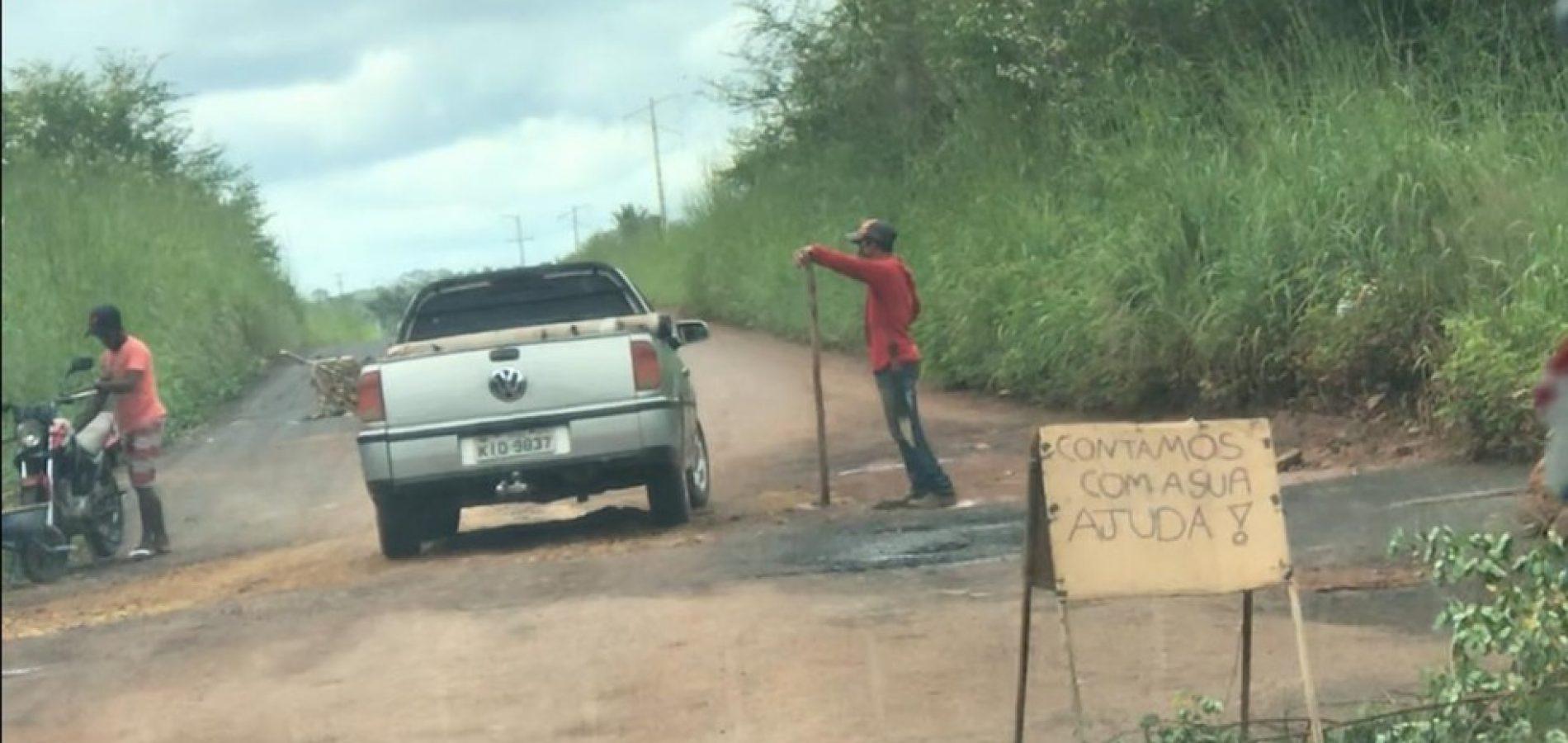 Moradores tapam buracos em rodovia estadual e pedem ajuda a motoristas no Piauí
