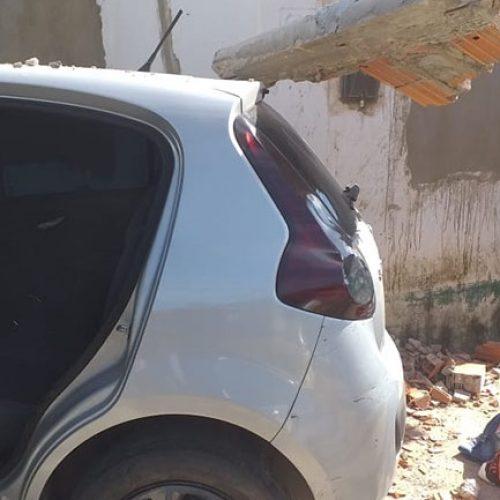 Mulher invade casa no PI com carro roubado e abandona pistola da PM