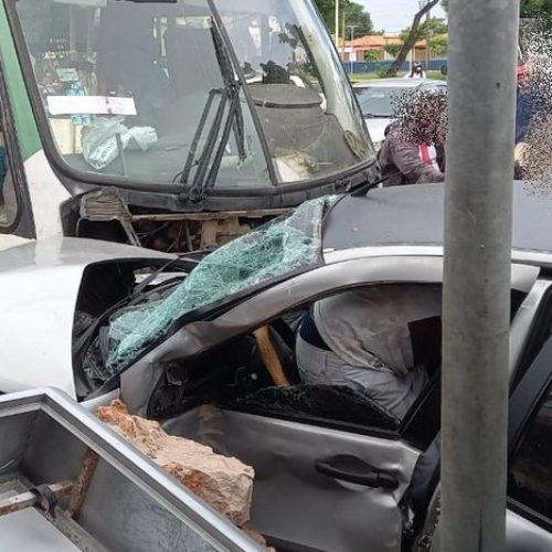 Mãe e filha ficam feridas em acidente entre carro e micro-ônibus no Piauí
