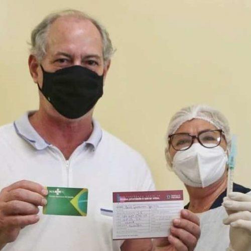 Ciro Gomes toma primeira dose da CoronaVac e defende auxílio de R$ 600