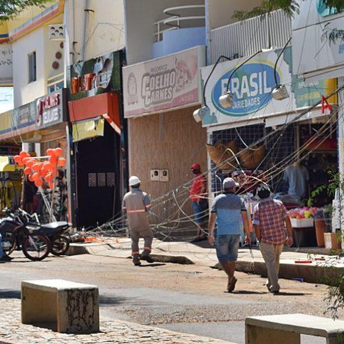Caminhão arrasta fios, danifica postes e causa transtornos no Centro de Paulistana