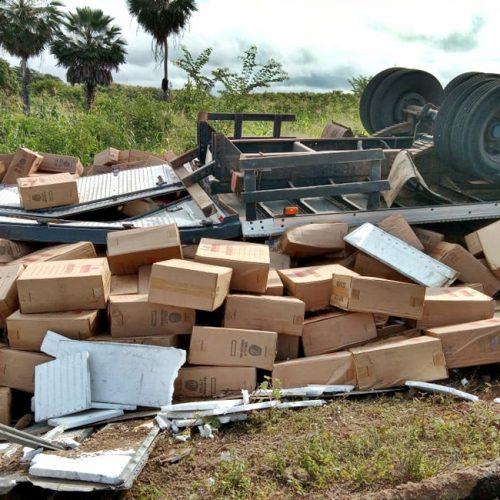 Caminhão com cigarros contrabandeados capota na PI-301, no Litoral do Piauí