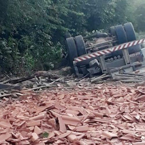 Motorista de carreta carregada com telhas morre após veículo tombar no Sul do Piauí