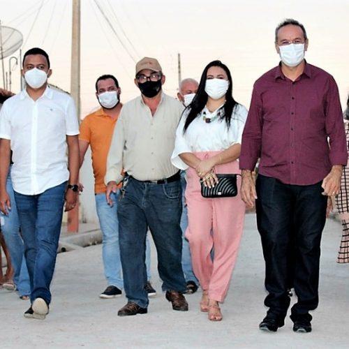 Prefeito Jorismar visita obra de calçamento em Alagoinha ao lado de deputados estaduais; veja fotos