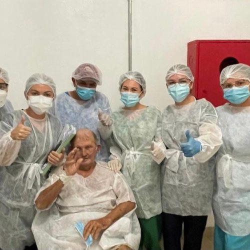 Após 21 dias na UTI, idoso com Covid-19 recebe alta no Hospital Regional Justino Luz
