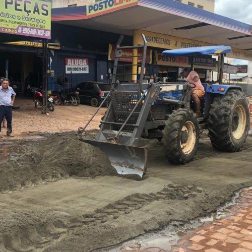 PICOS | Prefeito Gil Paraibano realiza operação de tapa buracos nas laterais da BR-316 no bairro Bomba