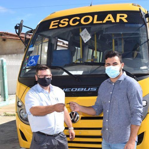 Caldeirão Grande do Piauí recebe novo ônibus para o transporte escolar