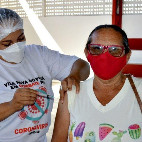 Agentes de limpeza pública e pessoas de 55 a 59 anos recebem a 1ª  dose da vacina contra a Covid-19 em Vila Nova