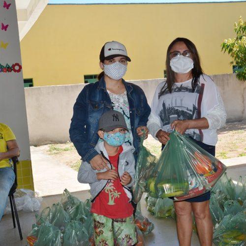 Alunos da rede municipal recebem kits da merenda escolar em Belém do Piauí