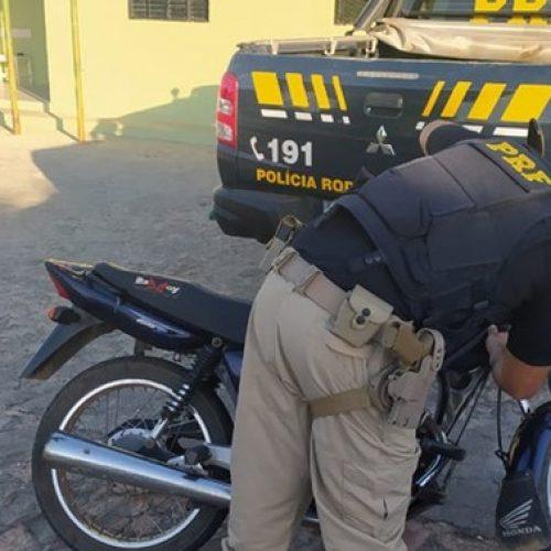 Homem é preso pela PRF em São Julião com motocicleta tomada de assalto há 15 anos no PE