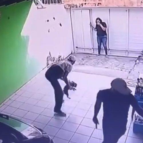 Bandidos rendem família e roubam cão durante arrastão