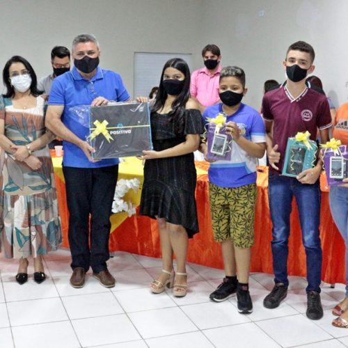 Simões premia com tablets e notebook os vencedores de concurso de poesia da campanha 18 de Maio