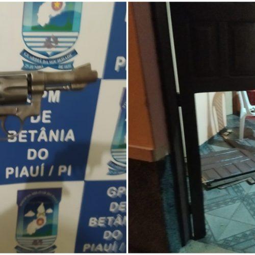 Após agredir mulher e filho, homem é levado para Delegacia em Paulistana; revólver foi encontrado em casa